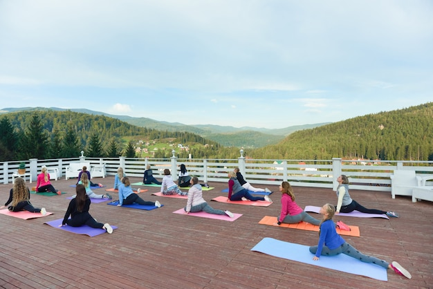 Flexibele vrouwen op fitnessles buitenshuis. Premium Foto