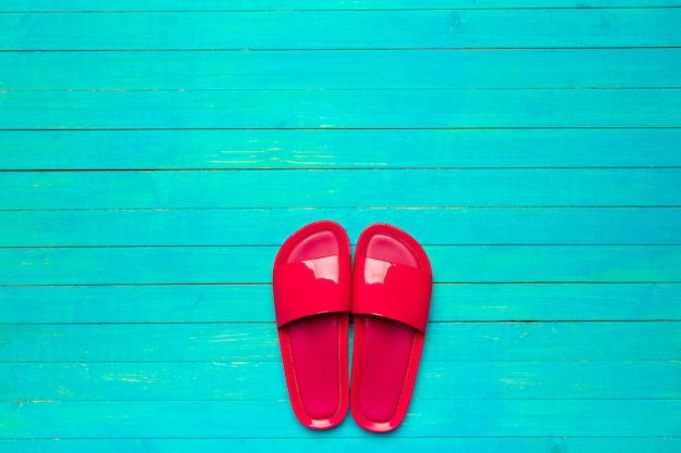 Flip-flops op een houten achtergrond kleur Premium Foto
