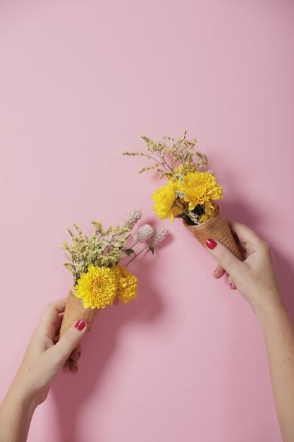Floral ideeën decoratie met een roze muur Premium Foto
