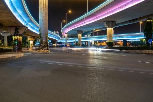 Flyovers en autowegen die 's nachts gloeien Premium Foto