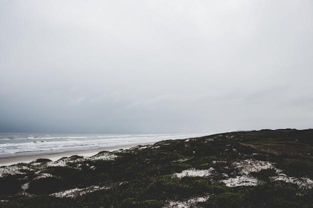 Fogy day op het strand Premium Foto