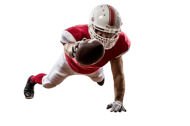 Football-speler met een rood uniform scoren op wit Premium Foto
