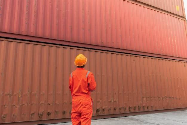 Foreman controleert beveiliging en veiligheid met notaboek voor de beste verzending van vracht. Premium Foto