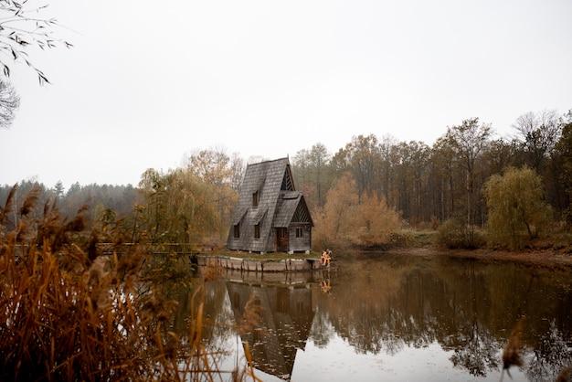 Forester's huis. herfst landschap. boswachters huis. herfst landschap Premium Foto