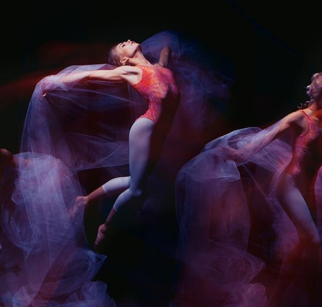 Foto als kunst - een sensuele en emotionele dans van prachtige ballerina door de sluier Gratis Foto
