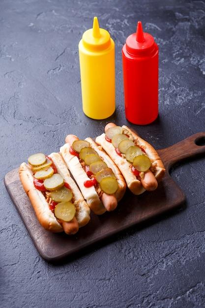 Foto bovenop hotdogs op snijplank Premium Foto