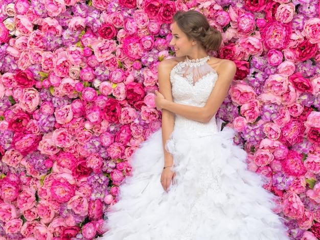 Foto-evenement met prachtige mannequin in het beeld van de bruidversiering van bloemen Premium Foto