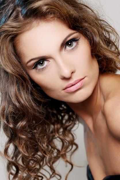 Foto van brunette meisje met natuurlijke make-up Gratis Foto
