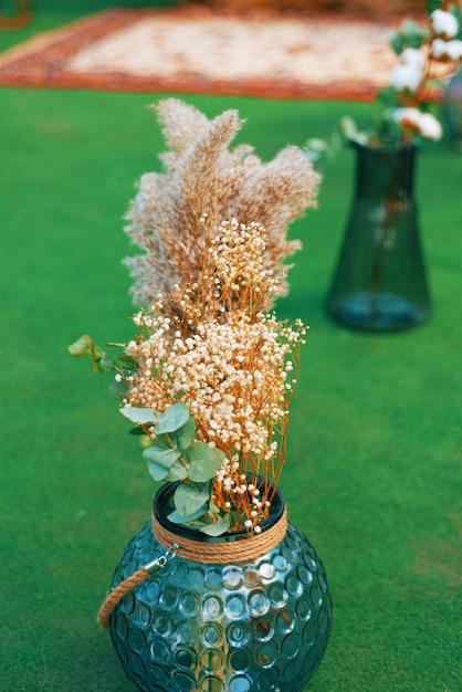 Foto van droge bloemen in een blauwe vaas voor decoratie Premium Foto