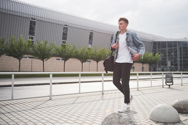 Foto van een jonge man voor een spannende reis op de luchthaven. Gratis Foto
