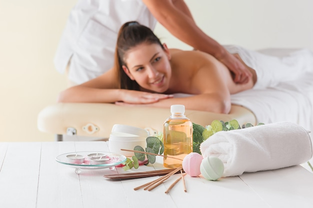Foto van gelukkige mooie vrouw in massagesalon Gratis Foto