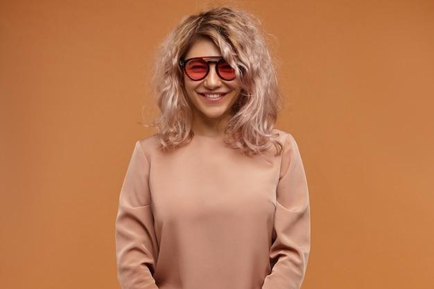 Foto van gelukkige positieve jonge vrouw stijlvolle kleding en accessoires dragen goede dag Gratis Foto