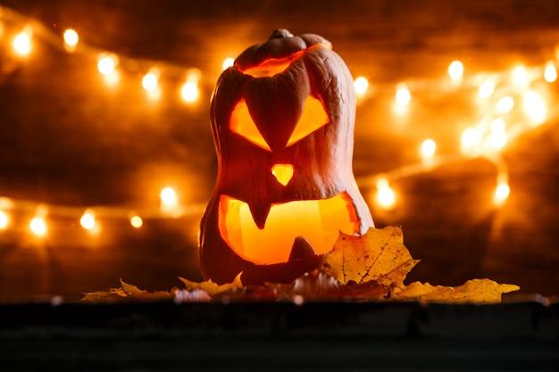 Foto van halloween-pompoen die in vorm van gezicht wordt gesneden Premium Foto