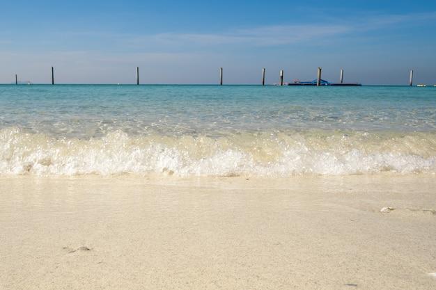 Foto van het beroemde overzeese strand van thailand genaamd koh larn pattaya stad thailand Premium Foto