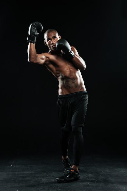 Foto van jonge afro-amerikaanse bokser, permanent in bescherming pose Gratis Foto