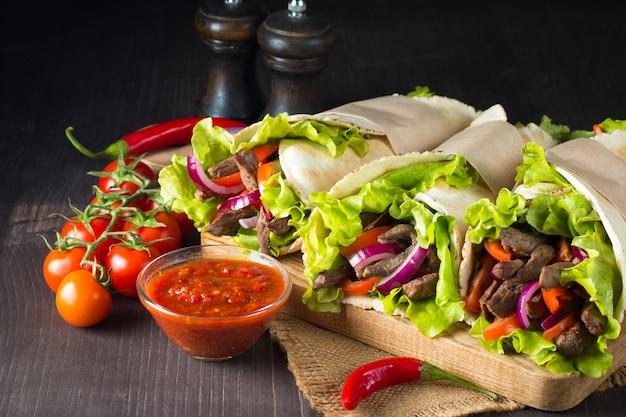 Foto van mexicaanse sandwich of omslag. Premium Foto