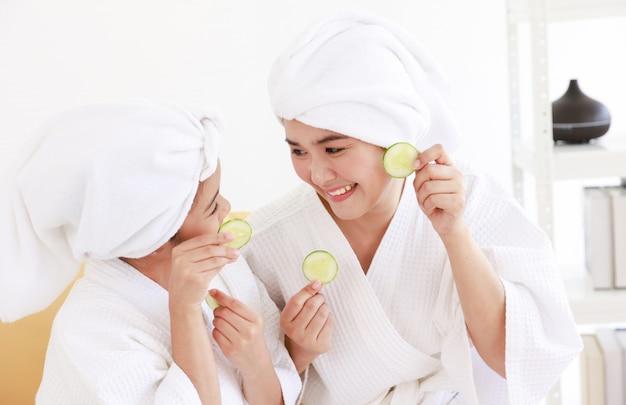 Foto van moeder en dochter in witte badjassen. Premium Foto