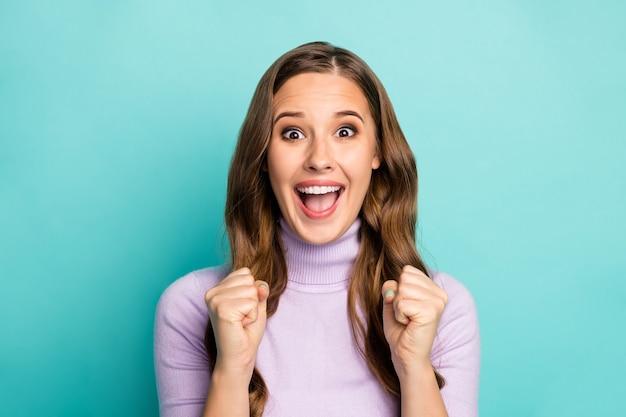 Foto van mooie grappige dame hand in hand vuisten opgeheven schreeuwen luid ondersteunend favoriete sportteam competitie slijtage paarse trui geïsoleerd groenblauw blauw pastelkleur Premium Foto