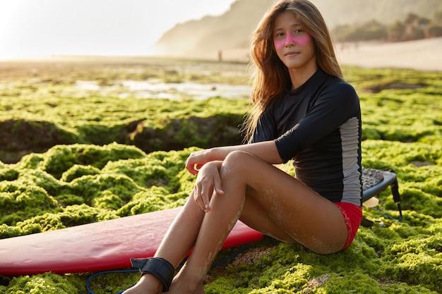 Foto van mooie langharige surfboarder in zwembroek Gratis Foto