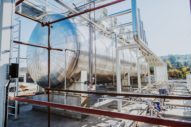 Foto van olietank in raffinaderij. Premium Foto