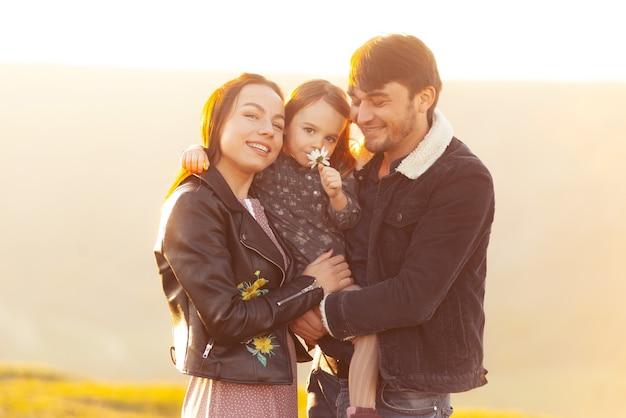 Foto van prachtige familie plezier buiten en omarmen tijdens zonsondergang Premium Foto