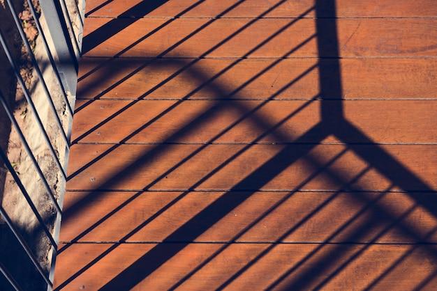Foto van zonneschijn aan het balkon en bezinning de schaduw op wo