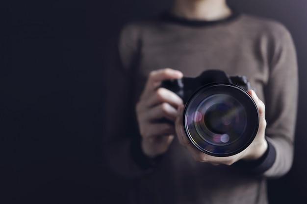 Fotograaf die zelfportret maakt. vrouw die camera gebruiken om foto te nemen. Premium Foto