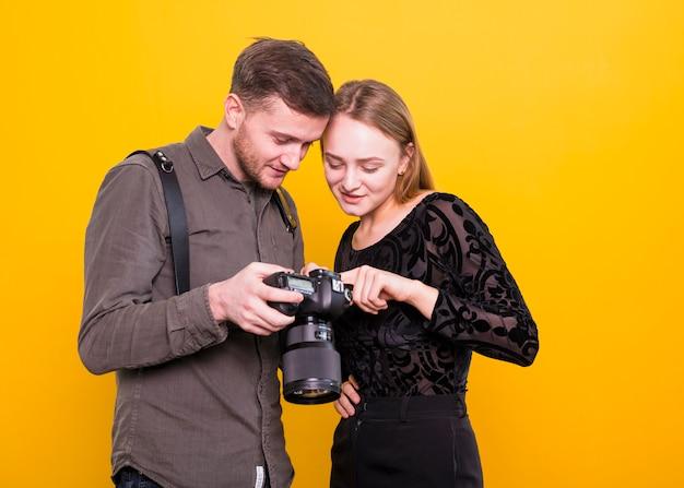 Fotograaf en model controleren foto's op camera Gratis Foto