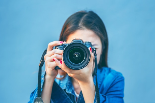 Fotograaf fotograferen met digitale camera. vintage toon. Premium Foto