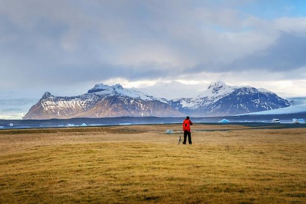 Fotograaf maakt een foto in ijsland. Gratis Foto