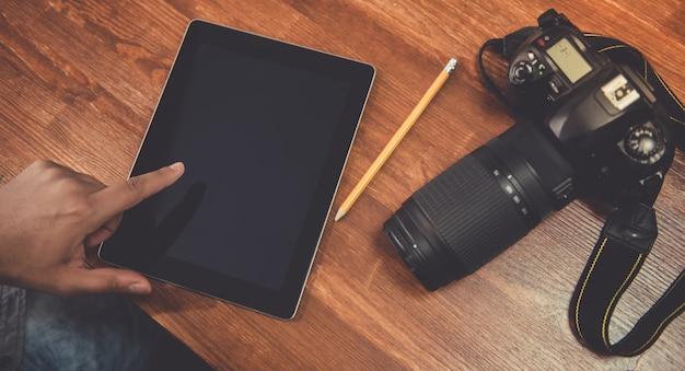 Fotograaf met behulp van een digitale tablet Premium Foto