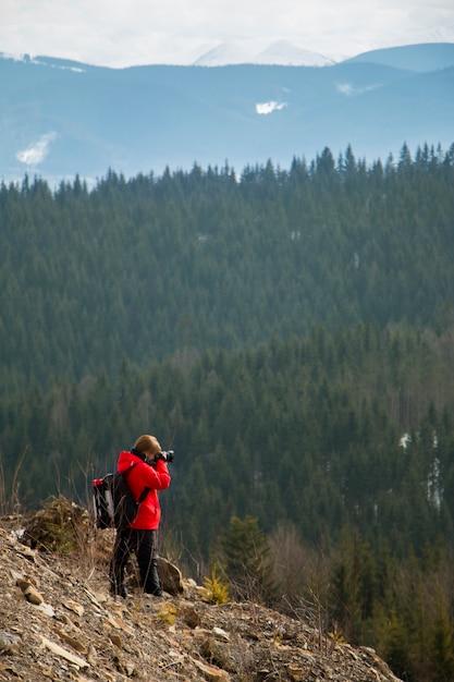 Fotograaf met bergen en bos Premium Foto