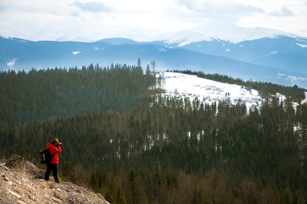 Fotograaf met bergen in bewolkte hemel en bos Premium Foto