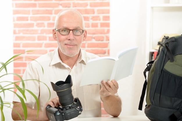 Fotograaf met de camera en kennisgeving Premium Foto