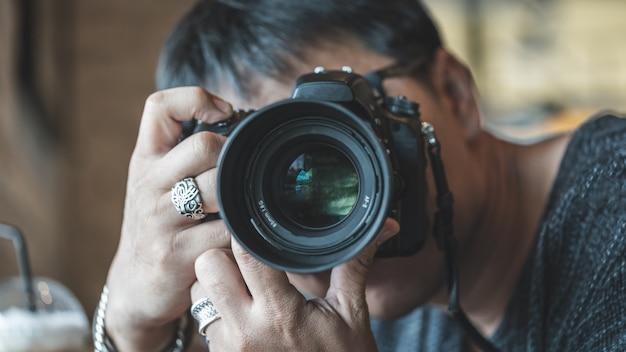 Fotograaf met een digitale camera Premium Foto
