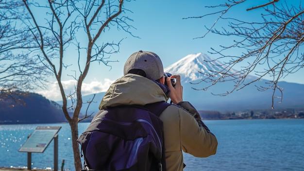 Fotograaf met fuji-bergachtergrond Premium Foto