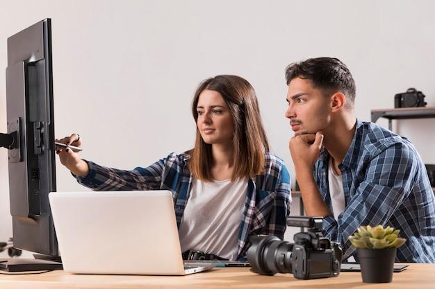 Fotografen die hun foto's bewerken Gratis Foto