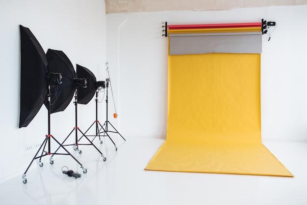 Fotografiestudio met lichtopstelling, moderne bliksemapparatuur voor het maken van foto's van hoge kwaliteit Premium Foto