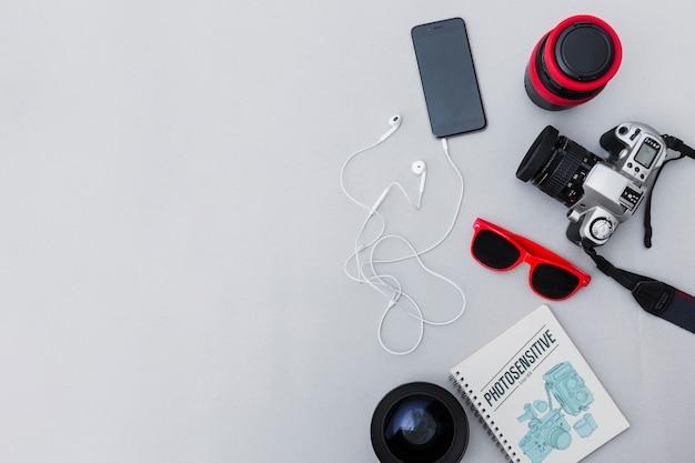 Fotografische apparatuur met cellphone op grijze achtergrond Premium Foto