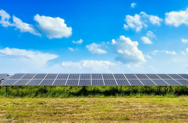 Fotovoltaïsch zonne-energiepaneel op hemelachtergrond, groen schoon alternatief machtsenergieconcept. Premium Foto