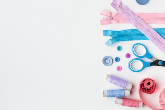Fournituren kleurrijke accessoires plat lag met kopie ruimte Gratis Foto