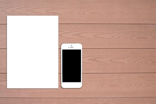 Fragment van blanco briefpapier set. id sjabloon op lichte houten achtergrond. voor ontwerppresentaties en portefeuilles. Gratis Foto