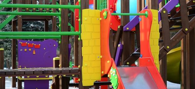 Fragment van een speeltuin gemaakt van plastic en hout, geschilderd in verschillende kleuren Premium Foto