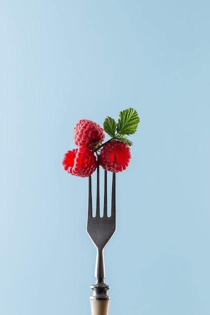 Frambozen op vork. zomer eten Premium Foto