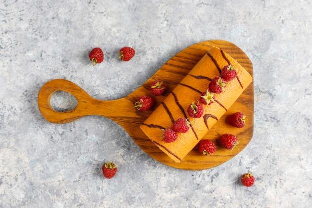 Frambozencake met verse bessen. Gratis Foto