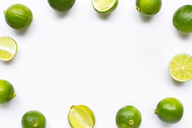 Frame gemaakt van limoenen geïsoleerd op wit Premium Foto