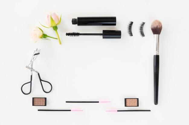 Frame gemaakt van make-up producten Gratis Foto