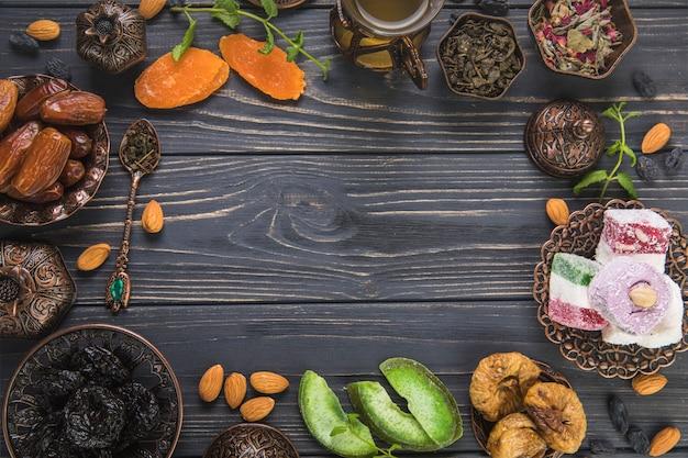Frame gemaakt van verschillende gedroogde vruchten en turks fruit Gratis Foto