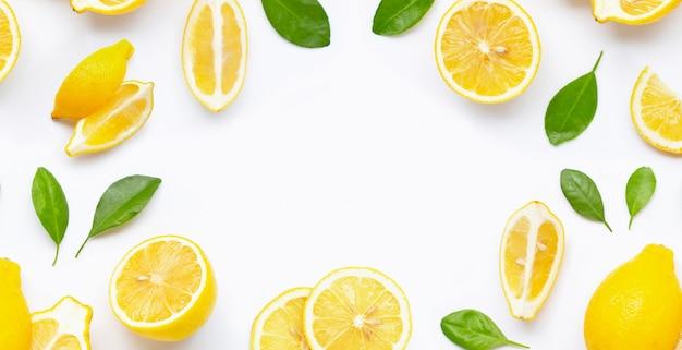 Frame gemaakt van verse citroen en plakjes met bladeren geïsoleerd op wit Premium Foto