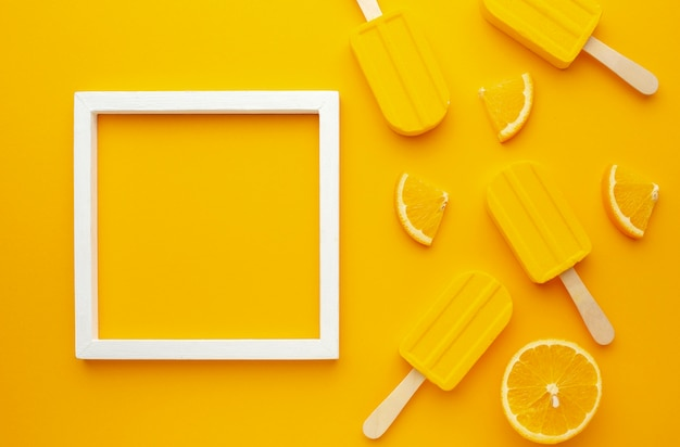 Frame met geel gearomatiseerd ijs Gratis Foto